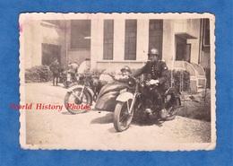 Photo Ancienne Snapshot - Portrait De Pompier ? Policier ? Militaire ? Sur Moto Side Car - TOP RARE - Insigne Sur Casque - War, Military