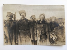 Foto Photo AK Soldats Soldat Militair Russe Russie Russland Kriegsgefangene Uniform Feldpost - War 1914-18