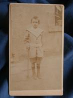 Photo CDV Anonyme - Jeune Garçon Posant En Extérieur, Circa 1895 L442 - Fotos
