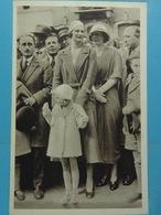 La Reine Astrid Au Milieu De La Foule - Familles Royales