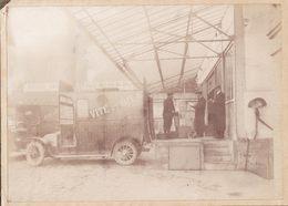 Photo Ancienne    Automobile Dans Un Hangar    16.5 X 11.5 Cm - Automobiles