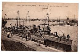 ST RAPHAEL TORPILLEUR A QUAI ET VUE SUR FREJUS TRES ANIMEE - Saint-Raphaël