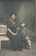 Carte-Photo : Portrait En Studio D'une Maman Et Sa Jeune Fille Avec Son Nounours En Peluche (Ca 1910) - Teddy Bear - Personnes Anonymes