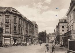 VARNSDORF (okres Rumburk) - Strassenansicht, Geschäfte, Autos, Spielende Kinder, Fotokarte Gel.1959 - Tschechische Republik