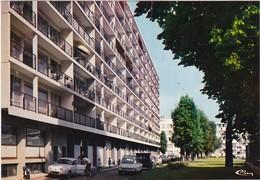 RIS-ORANGIS: Résidence De La Gare,voiture En Bas De L'immeuble - Ris Orangis