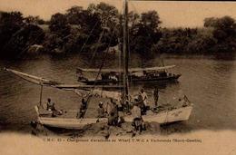 GAMBIE - Ancienne AFRIQUE OCCIDENTALE - CHARGEMENT D ARACHIDES AU WHARF T.W.C. A YARBUTENDA - Gambia