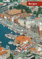 1 AK Norwegen * Blick Auf Bergen - Bryggen Und Der Fischmarkt - Luftbildaufnahme * - Noruega