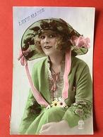 1921 - MODE - DAME MET RODE LIPPEN, GROTE HOED EN GROEN KLEED - LEVRES ROUGES, GRAND CHAPEAU ET JUPE VERTE - Mode