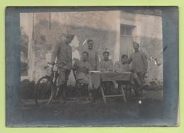 Photographie - Carte-Photo - 3 Militaires Assis à Une Table, 3 Autres Debouts Dont Un Tient Un Vélo - 1914-18