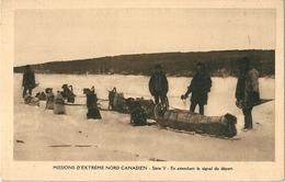 """2 Cpa  Des  Missions D' Extreme Nord Canadien  """"  En Attendant Le Signal De Départ """" Le Frere à La Charrue Et Ses Chiens - Canada"""