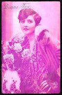 FEMME - CP - Jeune Femme Avec Bouquet De Fleurs Sur Fond Lilas - Circulé - Circulated - Gelaufen - 1931. - Femmes