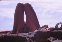 M36 - Femme Jambes Sexy à La Plage 1969 Maillot - Diapositive Photo 1 - Pin-Ups