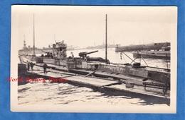 Photo Ancienne D'un Soldat Américain - BREST - Sous Marin Allemand Au Port - 1918 - WW1 German Submarine Canon Gun - War, Military