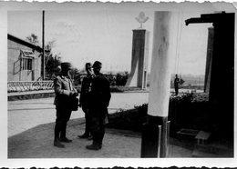 Photo De Trois Officier Autrichien Dont Un Avec Le Brassard Avec Une Croix Gammée Dans Un Camp En 39-45 - Oorlog, Militair