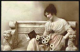 FEMME - CP - Jeune Femme Assise Sur Un Banc - Circulé - Circulated - Gelaufen - 1919. - Femmes
