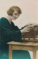 CPA Colorisée Léo 188 Avec Machine à écrire Ancienne Circulée écrite 1923 - Women