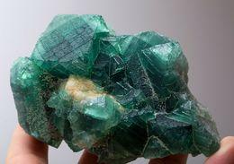 Fluorite Verte Changeant De Couleur à La Lumière Du Soleil, Madagascar. 689 Gr. 11,8 X 8,9 X 7,2 Cm. - Mineralien