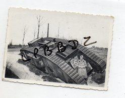 PHOTO - MILITARIA - SOLDAT FRANCAIS à Côté D'un CHAR RENVERSE - ALLEMAGNE ? A SITUER - War, Military