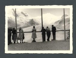 Photo Ancienne Un Groupe De Touristes Observant Une Montagne Sommet Enneigé Derrière Une Barrière - Foto