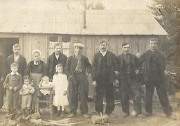 C A R T E   PHOTO  Groupe Famille Devant Une Maison Foret Bois Bucheron Campagne Non Située - Photographie