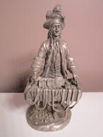 """SUPERBE Figurine De Collection étain 900/1000 LMF 1979  """" Le Marchand De Rubans"""" Hauteur : 12 Cm Env Poids : 350 Grs Env - Etains"""