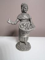 """SUPERBE Figurine Collection étain 900/1000 LMF 1979  """"la Marchande De Poires Cuites"""" Haut : 11 Cm Env Poids 320 Grs Env - Etains"""