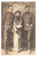 Carte Photo Originale De 2 Soldats Américains Et D'un Enfant Pendant La Guerre 14 -18 - Uniforme, Pistolet, Insignes - Oorlog 1914-18
