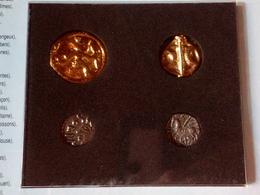 Pochette De 4 Reproductions De Monnaies Gauloises Trouvées Sur Le Site D'Alésia - Imitazioni