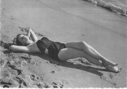 PIN UP Vintage - Original FRANCE 50-60's - CPSM Dentelée GF N° 8 - Coll. BATH GIRLS Sexy Nude Seins Nus Ou Bikini - Pin-Ups