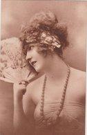 Portrait De JEUNE FEMME, Cheveux Courts, Grand Collier, éventail Dans La Main Droite - Women