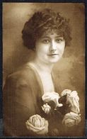 FEMME - CP - Jeune Femme Avec Fleurs - Circulé - Circulated - Gelaufen - 1918. - Femmes