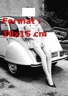 Reproduction D'une Photographie D'une Jeune Femme Nue Sous Une Gabardine Appuyée Sur Une Citroen 2 CV - Reproductions