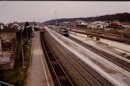 Photo Diapo Diapositive Train Wagon Travaux Quais Gare SNCF De Montargis Autorail Et Locomotive 72000 En 1987 VOIR ZOOM - Diapositives