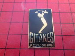 511c Pins Pin's / Rare & De Belle Qualité  THEME : MUSIQUE / JOUEUR DE SAXO GITANES CIGARETTES JAZZ PRODUCTIONS - Musique