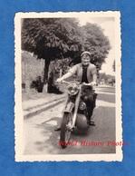 Photo Ancienne Snapshot - GRANGES Sur VOLOGNE ( Vosges ) - Femme Sur Une Belle Moto à Identifier - 1952 - Pose Fille - Cars