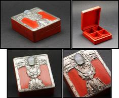 Boîte En Bois Peint, à Décor De Capricorne En étain Tenant Un Hanneton En Pâte De Verre Sur Couvercle , 4 Comp., 65x75x2 - Stamp Boxes