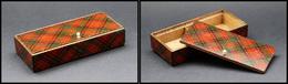 """Boîte Mauchline à Cabochon En Ivoire Pour L'ouverture Du Couvercle, Signée """"Clan Stuart"""", 2 Comp., 110 X50x23mm. - TB - Stamp Boxes"""