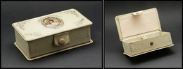 Boîte En Tissu Vert D'eau, Avec Camée Peint Main Sur Couvercle, Fermeture Par Bouton Pression, 2 Comp., 110x60x35mm. - T - Boites A Timbres