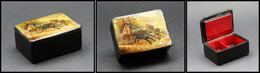 Boîte Russe En Papier Mâché Laqué, à Décor De Troïka, 2 Comp., 55x40x25mm. - TB (cf Christie's 2002 #72) - Boites A Timbres