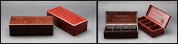 """Deux Boîtes Publicitaires En Bakelite """"Mucosodine"""", 2 Teintes Différentes, 4 Comp., 105x45x30mm. - TB - Stamp Boxes"""