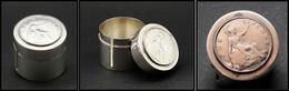 """Distributeur De Roulettes. Modèle En Métal Argenté, Avec """"One Penny 1920"""" En Argent Sur Couvercle, Diam.38 X H.35mm. - T - Boites A Timbres"""