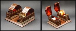 Distributeur De Roulettes. Modèle De Bureau En Cuir Et écaille, 1 Comp. Timbre Et 1 Pour Ruban Adhésif Et Porte-plume, 1 - Stamp Boxes