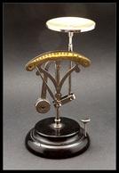 """Pèse Lettres. Achambaud N°31, Modèle Mi-Roberval Mi Contrepoids Pendulaire, Signée """"EW"""", échelle 0/110g, H.160mm. - TB - Stamp Boxes"""