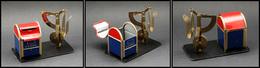 """Pèse Lettres. Archambaud N°57, Modèle Avec Distributeur De Timbres En Forme De Boîte Aux Lettres US, Marqué """"Stamps US M - Boites A Timbres"""
