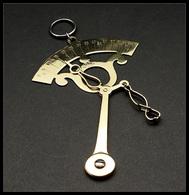 """Pèse Lettres. Archambaud N°79(2), Modèle De Poche à Contrepoids Pendulaire En Laiton Doré, """"NB Déposé"""", échelle 0/100g.  - Stamp Boxes"""