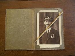Oude FOTOKAART Van Gedecoreerde Postman  In Farde  Anderlecht - Poste & Facteurs