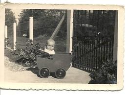 BEBE  DANS  POUSSETTE  ANCIENNE    1930 ? 1920 ?   PHOTO - Foto