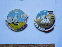 2 Pin's Militaria Sarajevo Transit Air UN Avion Parachute DET AIR - Militaria