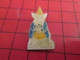 718a Pins Pin's / Rare & De Belle Qualité  THEME : ANIMAUX / CHIEN BLANC SPUDS PARTY ANIMAL - Animaux