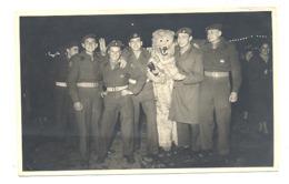 Photo Carte Surréaliste - Armée Belge ( FBA ? ) - Militaires Posant Avec Un Ours - Surréalisme, Humour - Sarre ?? (van) - Personaggi